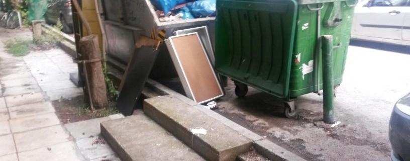 Kάδος απορριμάτων μπροστά σε σκάλες